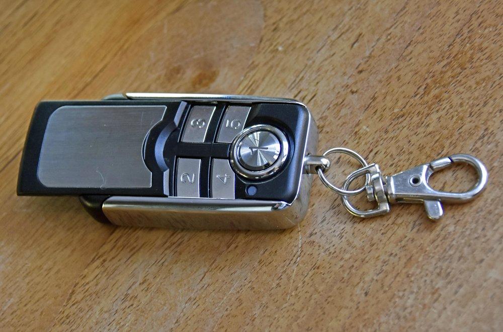 Mit diesem kleinen Funkschlüssel wird der Blockalarm aktiviert und ausgeschaltet. 90 Prozent der Kunden lassen ihn aber mit der Haustür verknüpfen: Schließen sie ihre Haustür ab, wird automatisch die Anlage aktiviert. Der Schlüssel hat übrigens eine zusätzliche Alarmfunktion, sollte man selbst überfallen werden.
