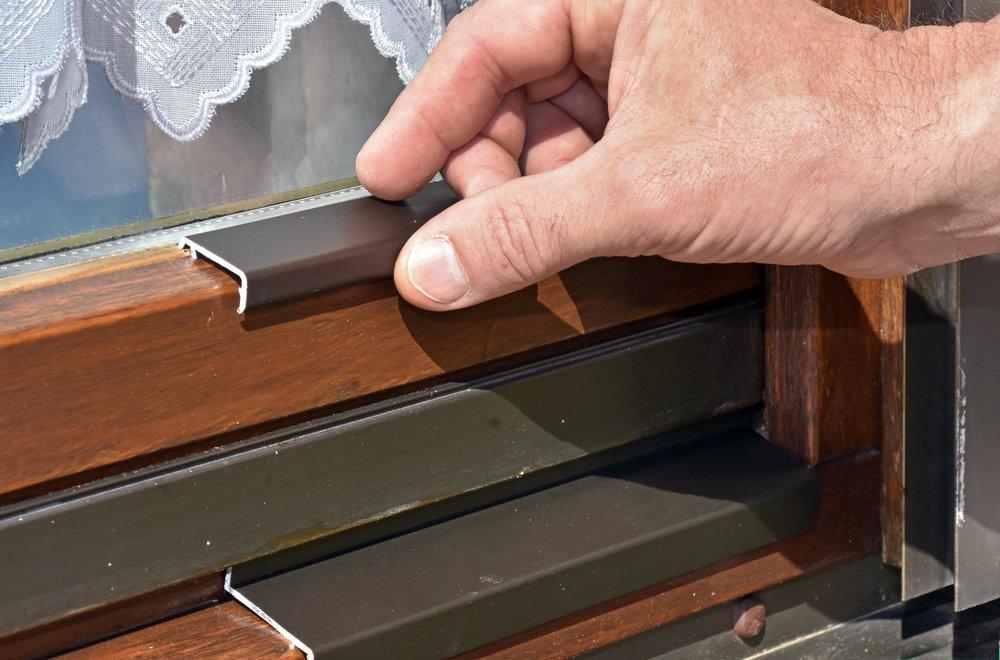 """Die Wartung durch ein Fensterwellness lohnt sich genauso wie das Anbringen von Abdeckschienen bei verwitterten Holzrahmen. """"Denn so kann man die Lebensdauer der Fenster verlängern"""", erklärt Spezialist Johann Riedl."""