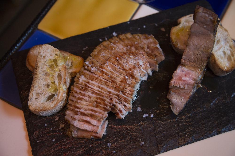 """Wenn Martin Herbig gegen Abend in seinem Gourmet Point den Grill anfeuert und sein fantastisches Fleisch mit Brot, Olivenöl und Salz serviert, braucht es wirklich nicht mehr zum Genuss.    """"Man braucht keine gute Lage, wenn man außergewöhnlich ist. Und nur wer wirklich Lust auf gutes Fleisch hat, findet mich"""", sagt Martin Herbig."""