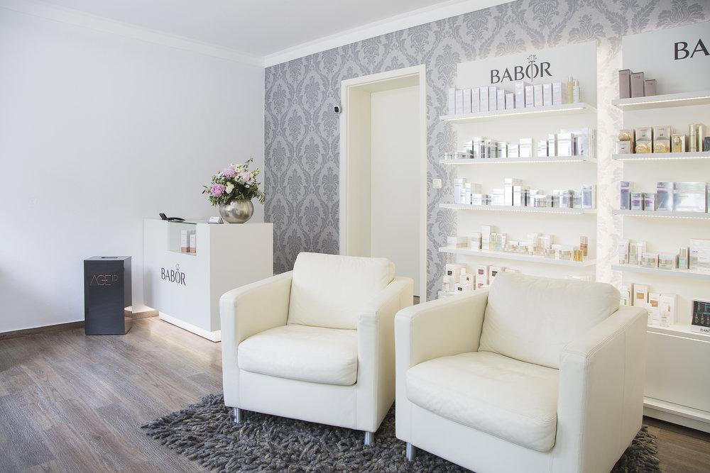 """Angekommen ist Anja Hofmann in ihrem Kosmetikstudio """"Das Hautkonzept"""" – hier bietet sie künftig auch Makeup-Workshops an: am 28. Juni, 26. Juli und 30. August (19 bis 21 Uhr)."""