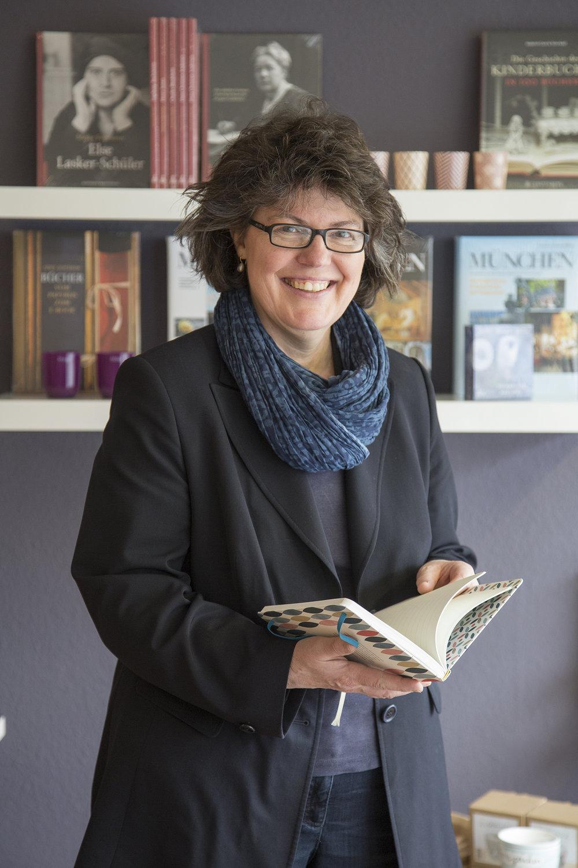 Sorgfältig und persönlich sucht Birgitta Klemenz die BHücher und Wohnaccessoires in ihrem neuen Geschäft in Fürstenfeldbruck aus.