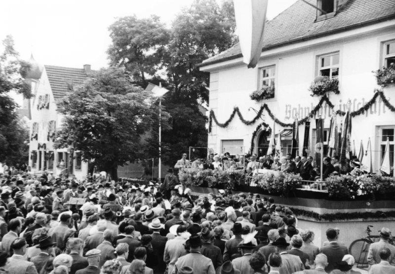 Groß gefeiert wurde die GEmeindeerhebung am 1. August 1952 vor und in der alten Bahnhofswirtschaft. Allerdings waren nicht alle Bürger glücklich.