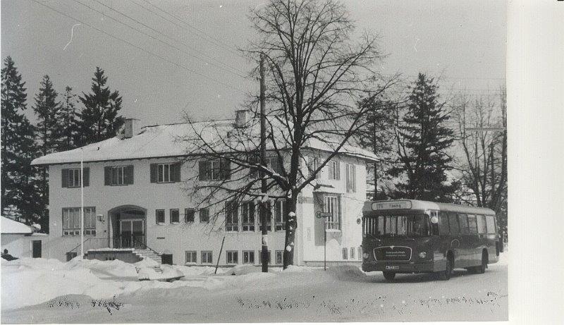 Geschichte ist das alte Rathaus, das in den 1950er-Jahren gebaut wurde.Es wird gerade durch einen Neubau ersetzt.