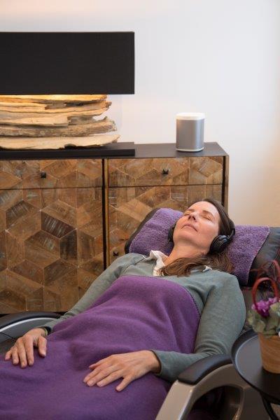 Bei der Magnetfeldtherapie liegt man in einer bequemen Liege. Sanfte magnetische Impulse werden über großflächige Applikation übertragen, während der Rücken massiert wird.