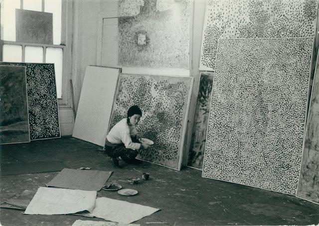 Yayoi Kusama in her studio 1958   (via  1958_KusamaStudio_full.jpeg (640×454) )