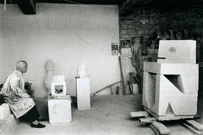 Max Ernst in studio (Gilles Chauvelin), 1965