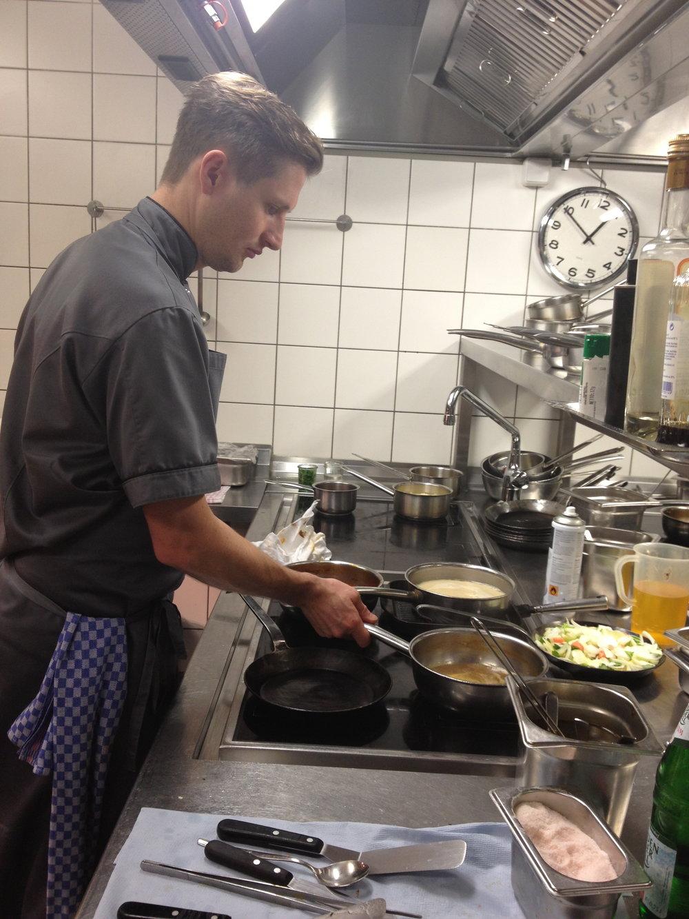 Michael Kempf in action in der Küche des Facil in Berlin © Valerie Soschynski