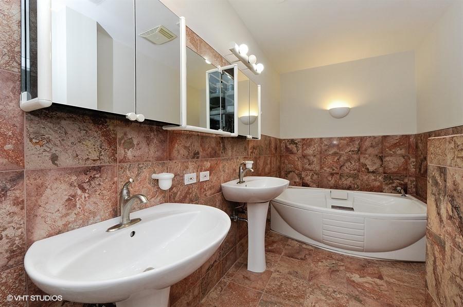 16_1415WestRoscoeSt_2_323_Bathroom_LowRes.jpg