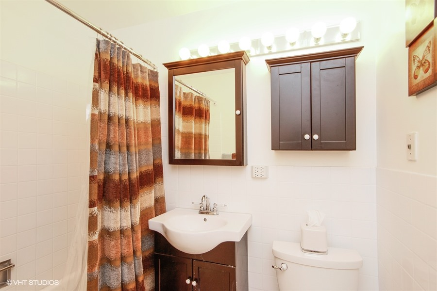 13_1318NorthSandburgTer_1318_8_Bathroom_LowRes.jpg