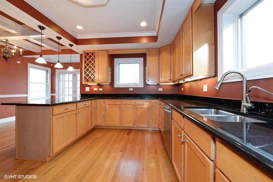 06_4049NorthOakleyAve_2_177_Kitchen_LowRes.jpg