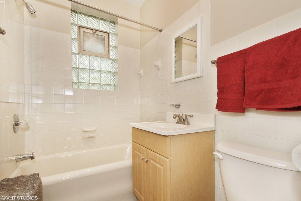 09_5143SouthKenwoodAve_207_8_Bathroom_HiRes.jpg