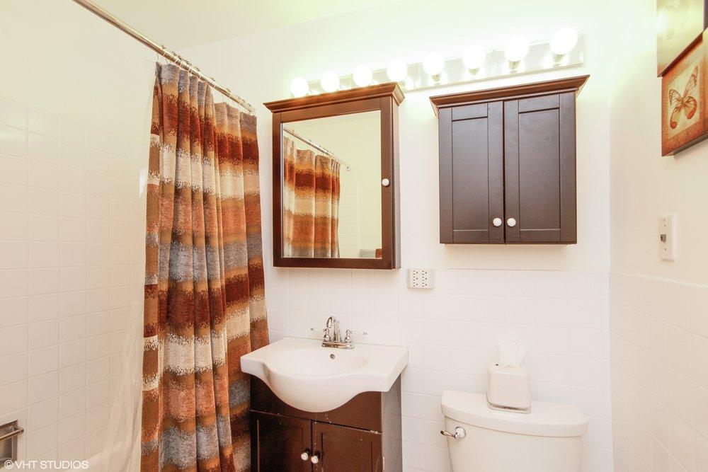 13_1318NorthSandburgTer_1318_8_Bathroom_HiRes.jpg