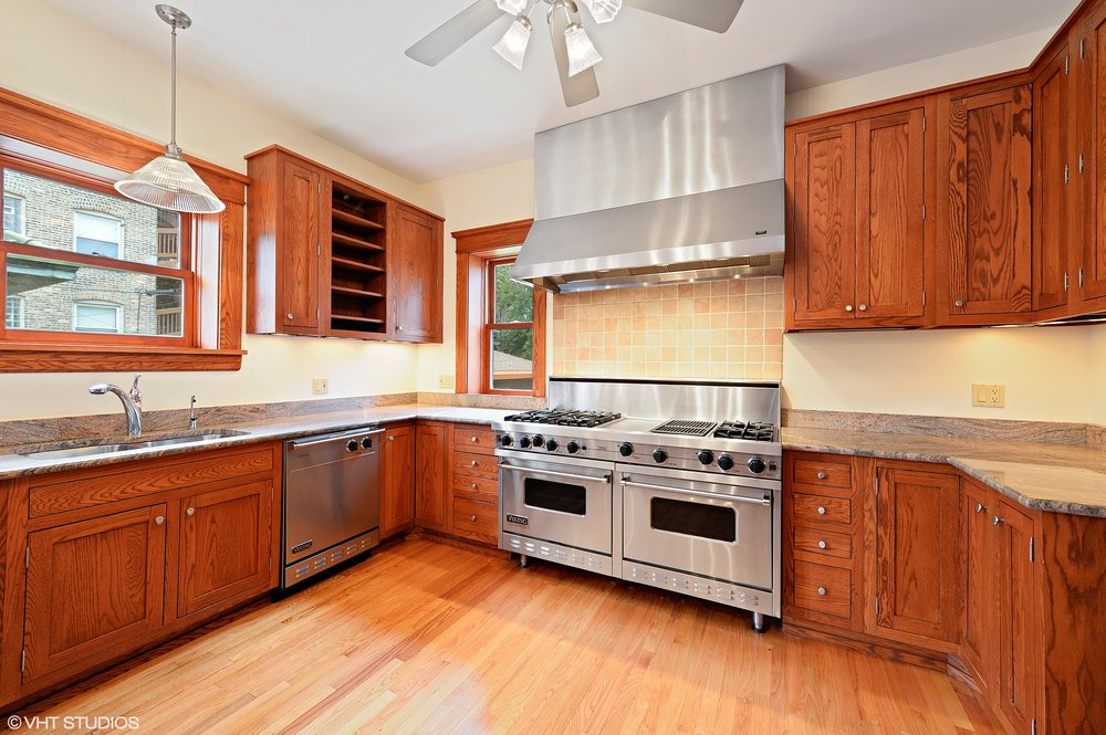 08_805WestJuniorTer_177001_Kitchen_HiRes.jpg