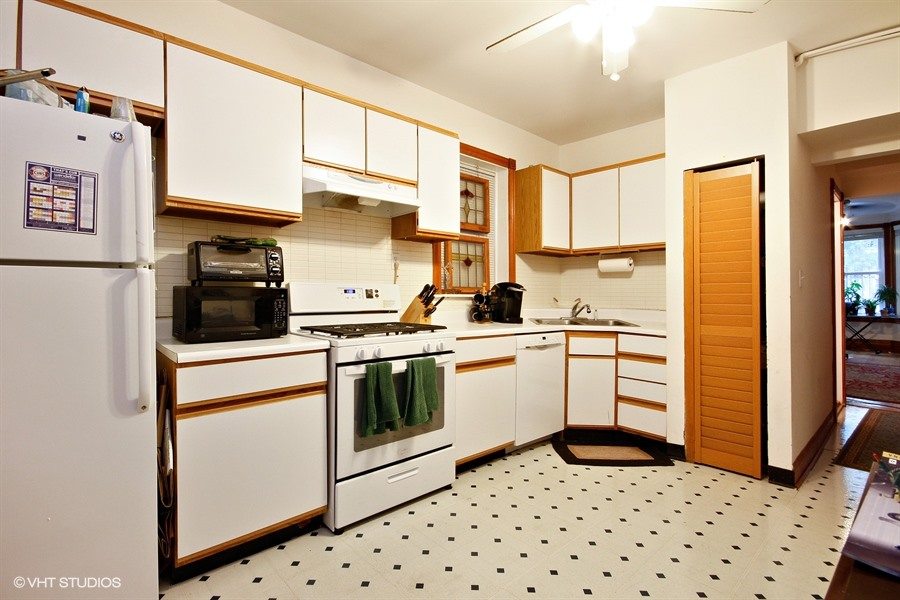 19_1132WestRoscoeSt_177001_KitchenUnit1_LowRes.jpg