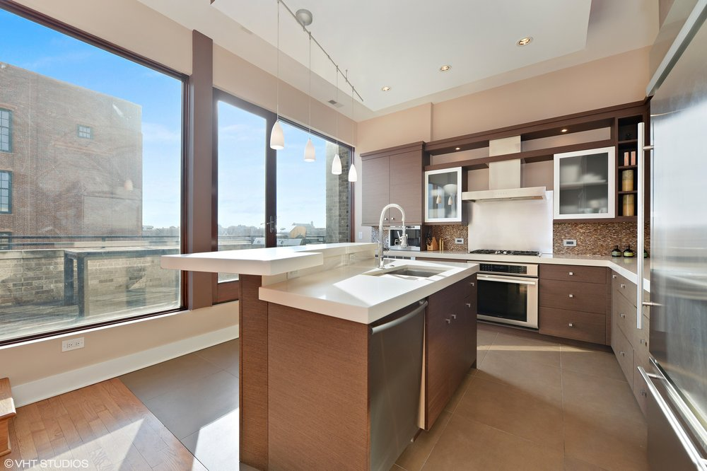 07_1620WestAugustaBlvd_PENT_177_Kitchen_HiRes.jpg