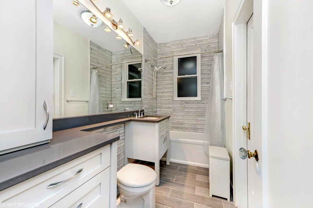 12_644WMelrose_Unit2E_8_Bathroom_HiRes.jpg