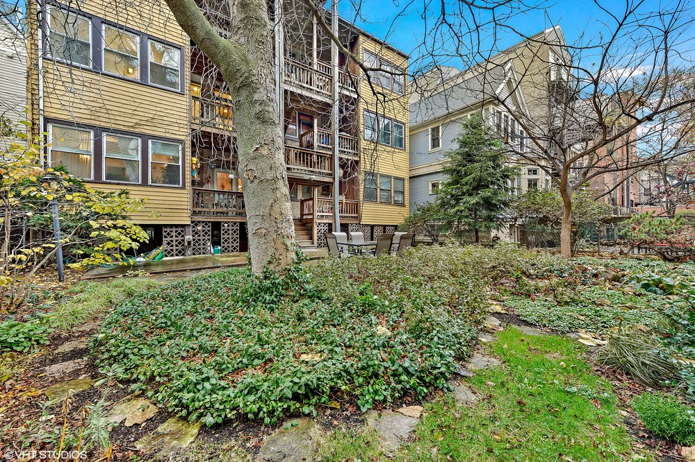 15_644WMelrose_Unit2E_26_BackYard_HiRes.jpg