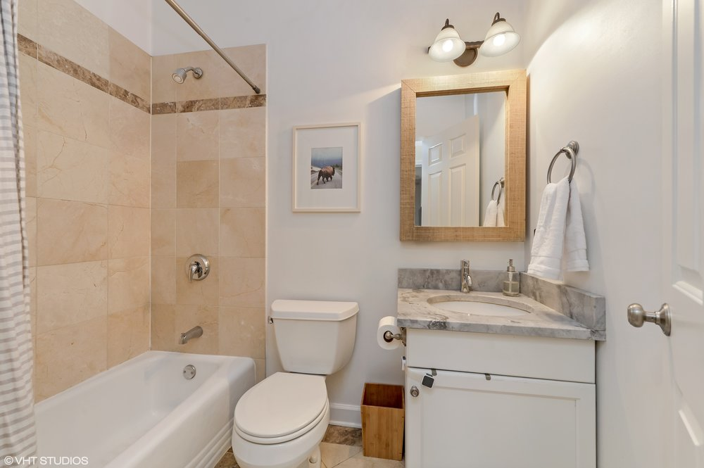 12_3205NorthHoyneAve_1B_8_Bathroom_HiRes.jpg
