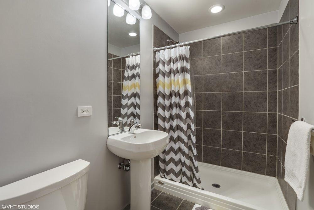 13_5430NorthSheridanRd_308_8_Bathroom_HiRes.jpg