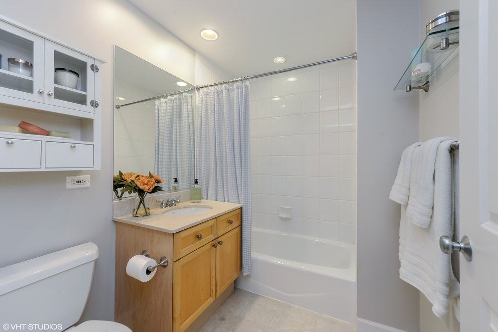 12_1547NorthNorthParkAve_G_8_Bathroom_HiRes.jpg