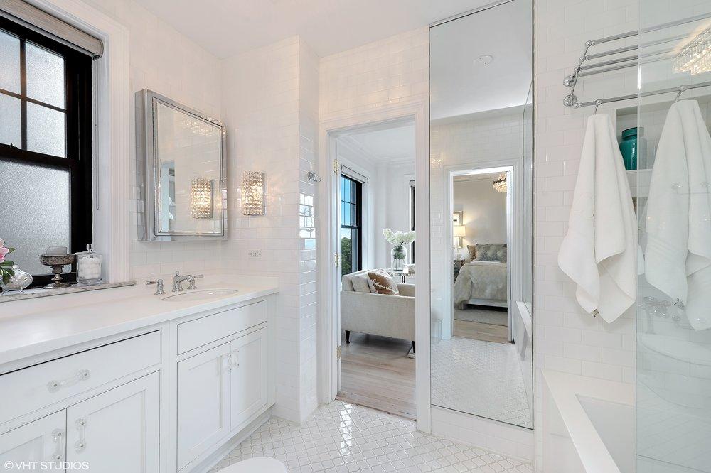 13_3520NLAKESHOREDrive_Unit7N_8_Bathroom_HiRes.jpg