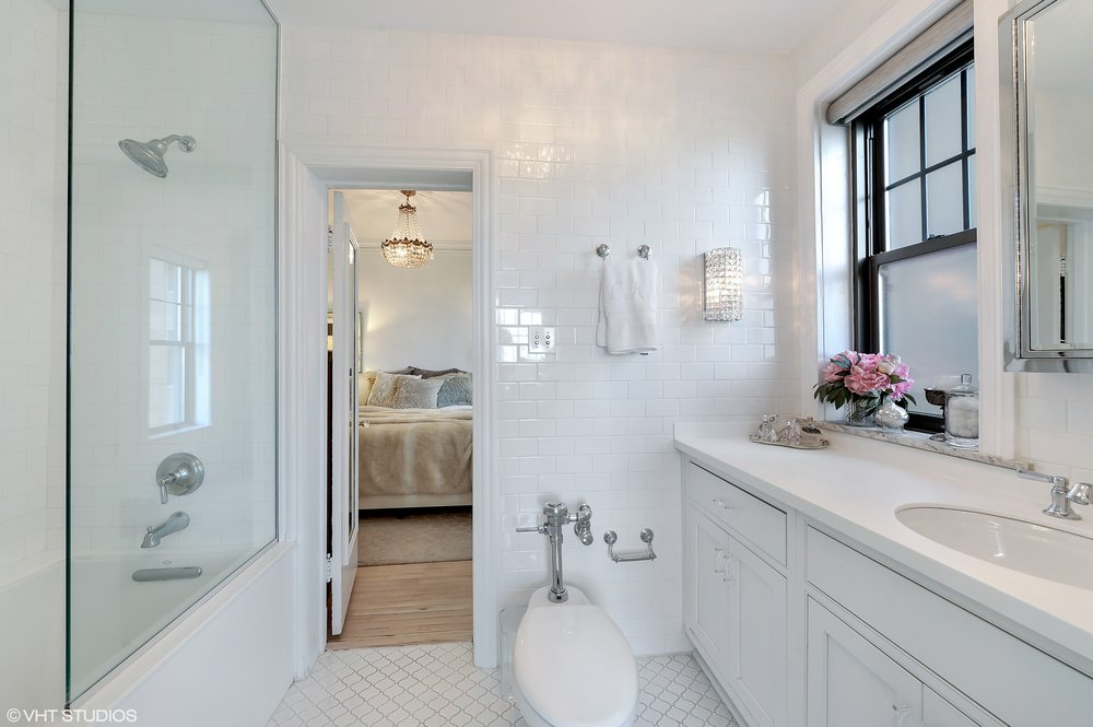 14_3520NLAKESHOREDrive_Unit7N_323_Bathroom_HiRes.jpg