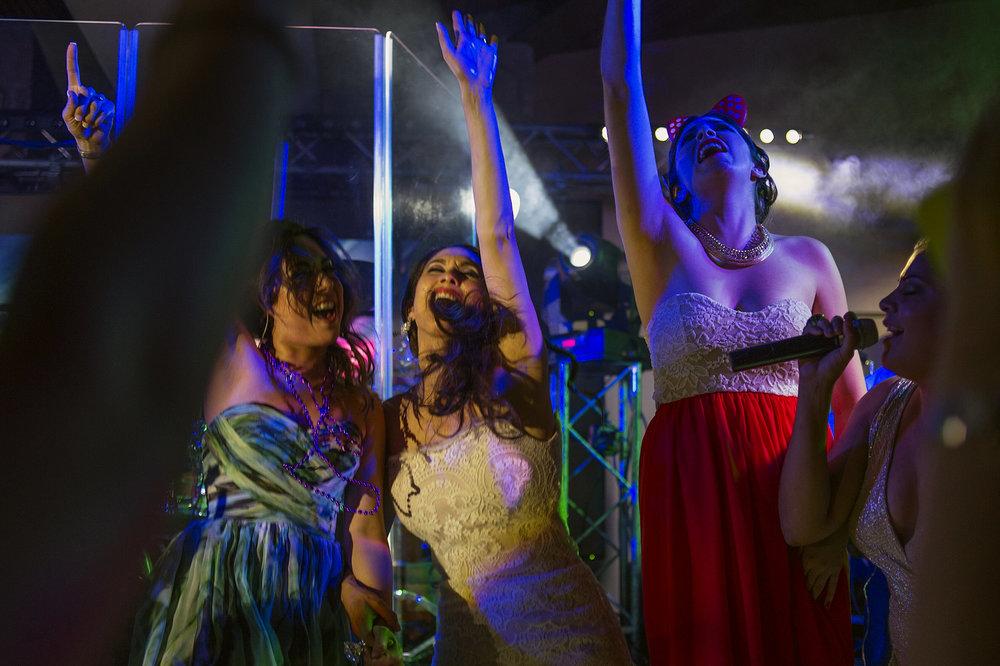 027-bride-party-sing-wedding-vineyard-museo-del-vino-wedding-rutadelvino.jpg