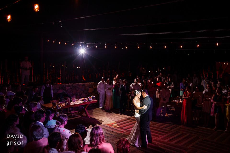 29-primer-baile-novios-boda-cuatro-cuatros-rutadelvino.jpg