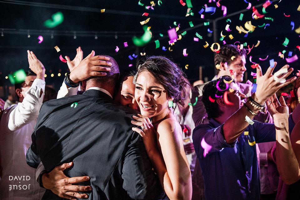 31-fiesta-novios-papa-boda-cuatro-cuatros-rutadelvino.jpg