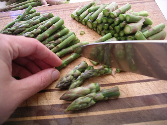 trimming-asparagus-spears