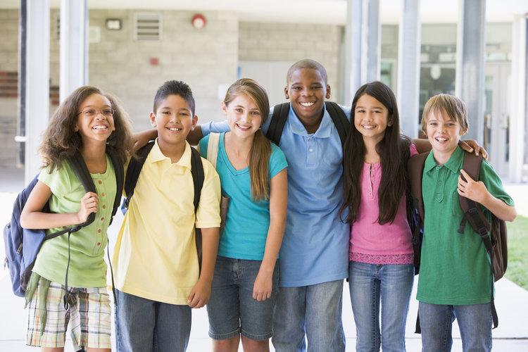 elementary-school-class-standing-outside_HKeheRCBj.jpg