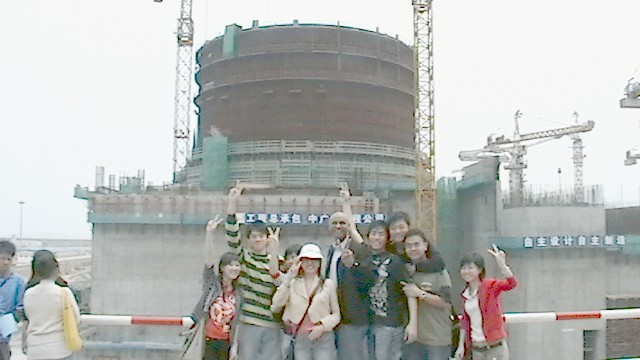 Zhang Xiaoping & Derry Bigby (center) with High School Students at Lingao reactor construction site