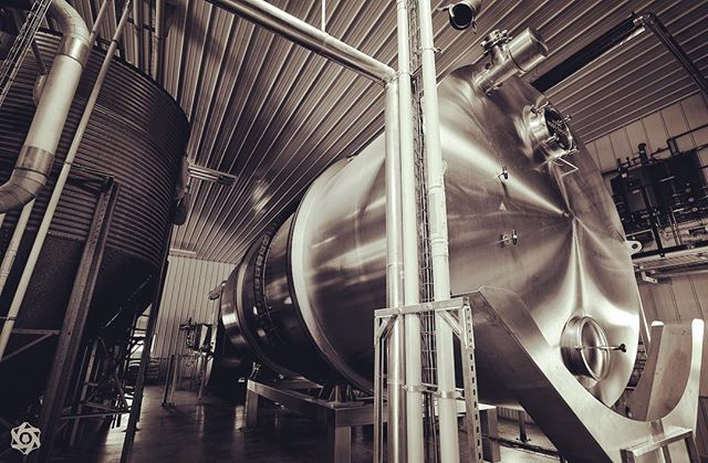 Squeaky clean stainless steel. For us a sight that will never get old, or any less magical. (Especially when it's humbly placed next to the old dairy equipment in the production facility.) 📷: @brewtographyproject