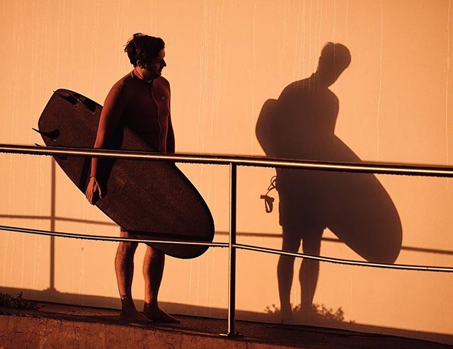 Inviting a friend to dance. 📷 @aquabumps #leashvsleashless #bondi #sunrise #rseries  #doubletrouble #allchildrenexceptonegrowup