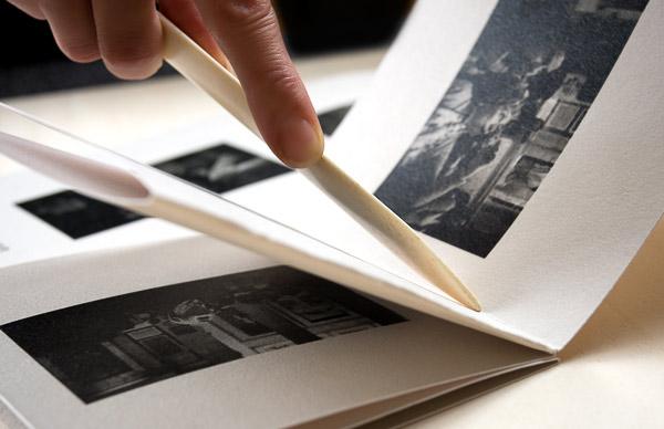 OnePageBook è un piccolo volume fotografico realizzato su un unico foglio di carta baritata Hahnemühle ai sali d'argento