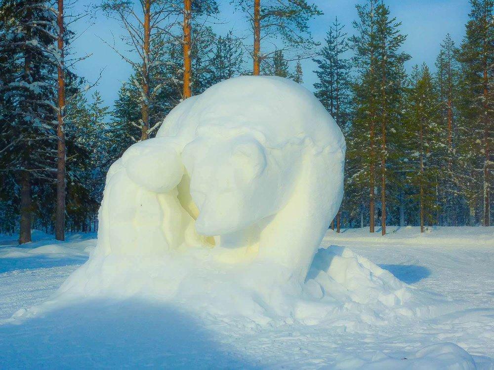 Een ijssculptuur in het ijshotel