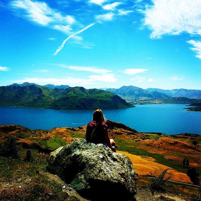 Still one of the most beautiful views over Lake Wanaka, South Island, New Zealand . Indrukwekkend uitzicht over Lake Wanaka, Zuideiland, Nieuw-Zeeland. . . . . #reissensatie #reisblogger #travelblog #reisblog #reizen #travelblogger #amazingplace #newzealand #nieuwzeeland #lakewanaka #visitnewzealand #vakantie #wandelen #wanderlust
