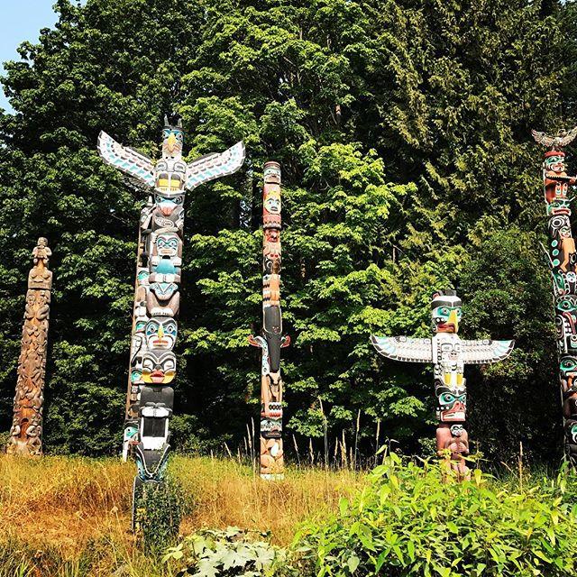 In Vancouver, you find lots of historic First Nations art. . In Vancouver vind je veel historische First Nations kunstwerken terug. . . . #vancouver #visitvancouver #canada #canada150 #stanleypark #totempoles #reizen #vakantie #reisblogger #reisblog #travel #travelblog #wanderlust #firstnations