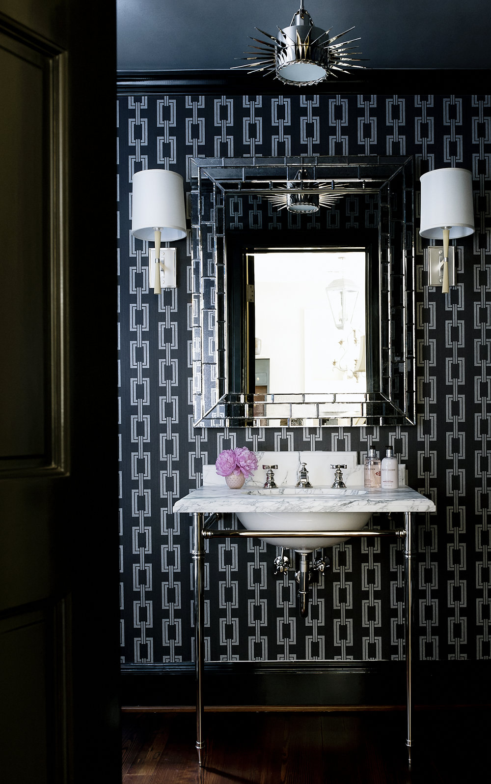 Now THAT'S a powder room sure to wow visitors.