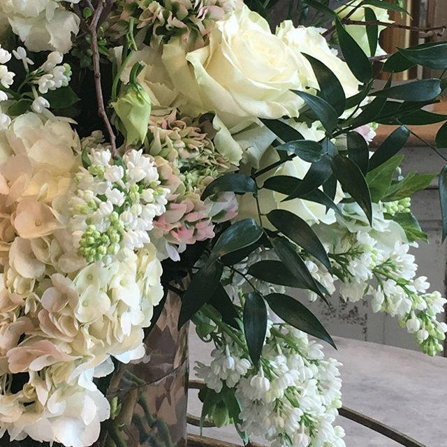The only thing that makes beautiful bedding better is beautiful flowers!  Check out @myfavoriteroombykbmdesigns in Downtown McKinney for the prettiest bedding!  #mckinneytx #mckinneyflorist #shopsmallbusiness #beautifulbedding #lilacseason #gardenroses#customfloraldesign