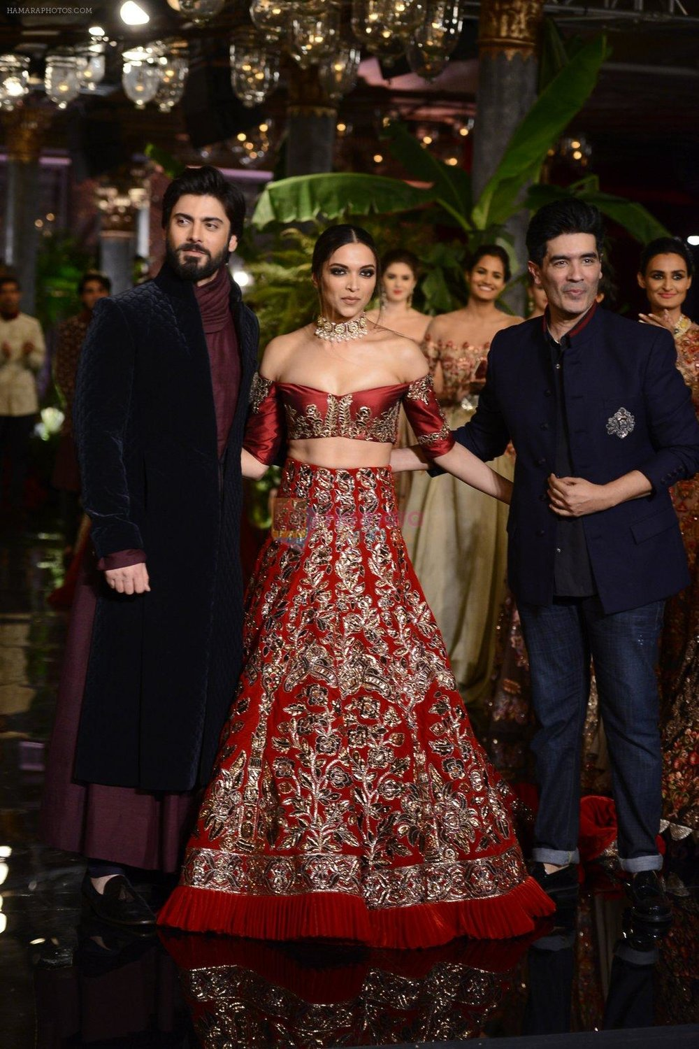 Deepika-Padukone-Manish-Malhotra-Fawad-Khan-during-the-FDCI-India-Couture-Week-2016-at-the-Taj-Palace-on-July-21-2016.jpg
