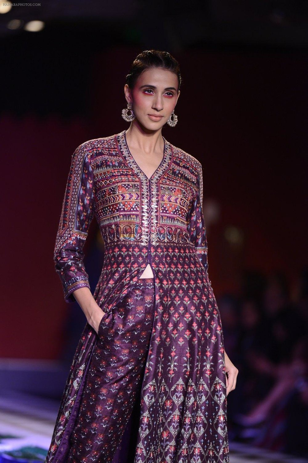 Alecia-Raut-walk-the-ramp-for-Anita-Dongre-show-at-the-FDCI-India-Couture-Week-2016-on-21st-July-2016.jpg