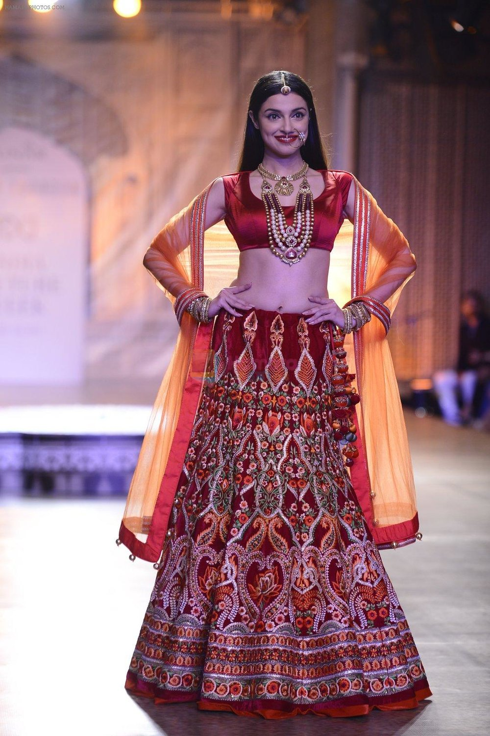 Divya-Khosla-Walks-For-Reynu-Taandon-at-the-FDCI-India-Couture-Week-2016-7.jpg