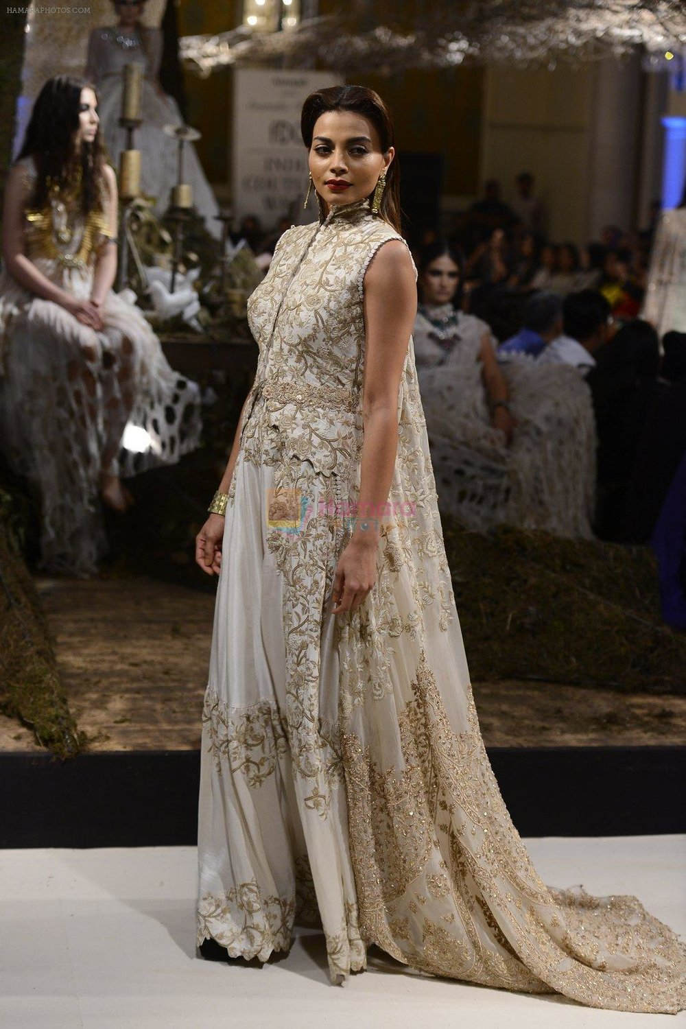 A-Model-during-Anamika-Khanna-showcase-When-Time-Stood-Still-at-the-FDCI-India-Couture-Week-2016-on-22-July-2016-2.jpg