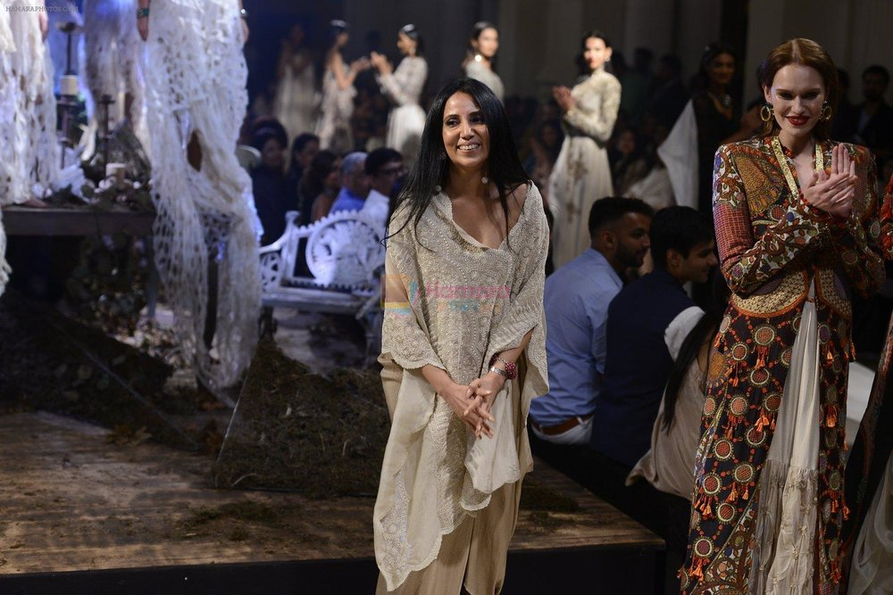 Anamika-Khanna-during-Anamika-Khanna-showcase-When-Time-Stood-Still-at-the-FDCI-India-Couture-Week-2016-on-22-July-2016.jpg
