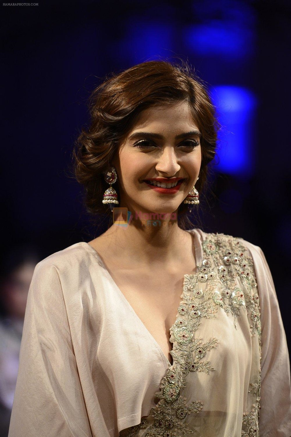 Sonam-Kapoor-during-Anamika-Khanna-showcase-When-Time-Stood-Still-at-the-FDCI-India-Couture-Week-2016-on-22-July-2016-1.jpg