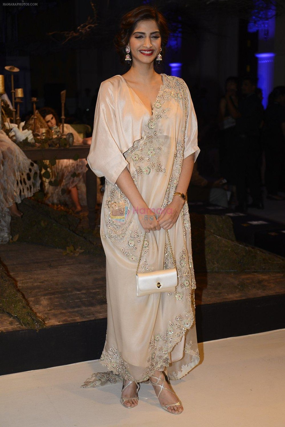 Sonam-Kapoor-during-Anamika-Khanna-showcase-When-Time-Stood-Still-at-the-FDCI-India-Couture-Week-2016-on-22-July-2016-2.jpg