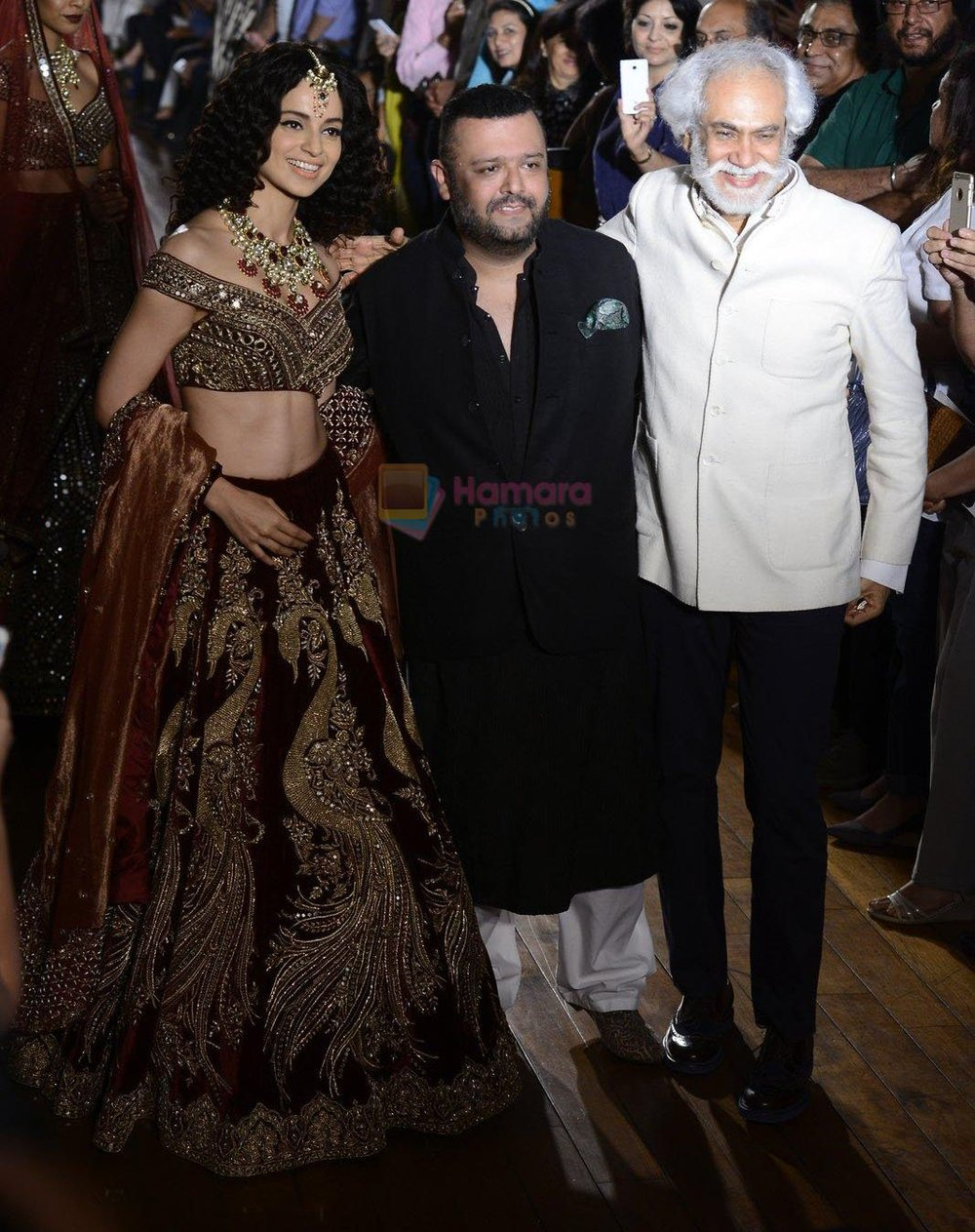 Kangana-Ranaut-Manav-Gangwani-during-Manav-Gangwani-latest-collection-Begum-e-Jannat-at-the-FDCI-India-Couture-Week-2016-on-24-July-2016-1.jpg