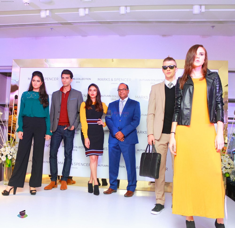 Aditi-Rao-Hydari-and-Venu-Nair-MD-Marks-Spencer-Reliance-India-with-Models-showcasing-the-Autumn-16-collections-at-the-DLF-Mall-of-India.jpg