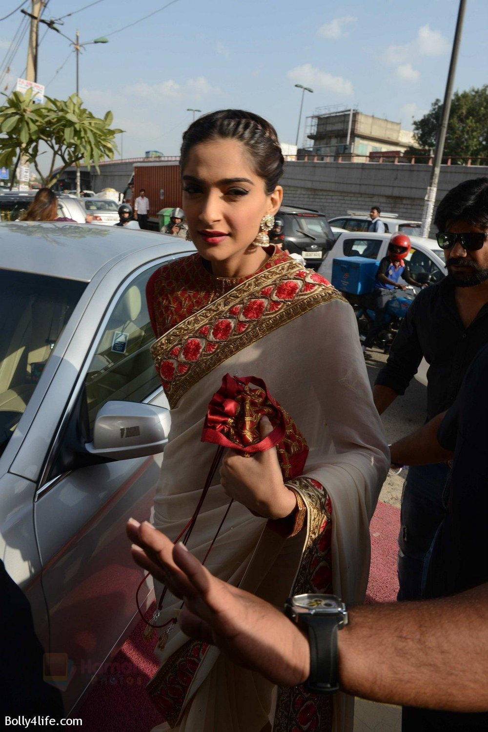 Sonam-Kapoor-during-the-launch-of-the-first-Indian-Bridal-Fashion-Week-Wedding-Store-in-New-Delhi-on-9th-Sept-2016-5.jpg